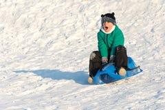 Junge, der im Schnee spielt lizenzfreie stockbilder