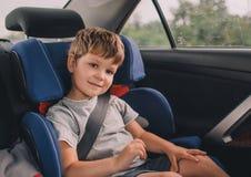 Junge, der im Sicherheitsautositz sitzt Lizenzfreie Stockfotografie