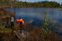 Junge, der im Sonnenlicht fischt lizenzfreies stockfoto