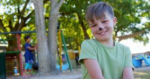 Junge, der im Spielplatz 4k sitzt stock video footage