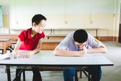Junge, der im Test durch die Kopie vom anderen Jungen betr?gt lizenzfreies stockbild