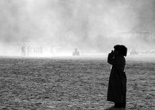 Junge, der im Wüstenstaub schreit Stockfotografie