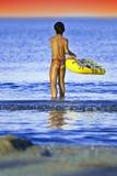 Junge, der im Wasser spielt Stockfoto