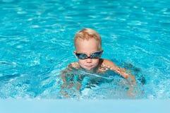 Junge, der im Wasser spritzt Lizenzfreies Stockbild