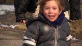 Junge, der im Winter mit erwachsener Frau spielt stock video footage