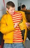 Junge in der Jackenstütze im Beschlagraum Stockfotografie