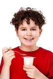 Junge, der Joghurt isst Stockfoto