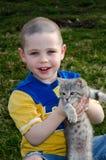 Junge, der Kätzchen hält Lizenzfreie Stockbilder