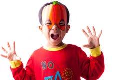 Junge in der Kürbisschablone Stockfotografie