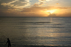 Junge an der Küste lizenzfreies stockfoto