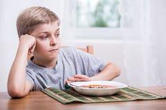 Junge, der keinen Appetit hat lizenzfreie stockfotos