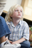 Junge, der am Kindergarten träumt lizenzfreies stockfoto