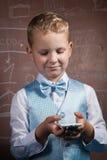 Junge in der Klage auf dem Hintergrund der Schulbehörde, Lizenzfreie Stockfotos