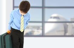 Junge in der Klage am Flughafen Stockfoto