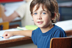 Junge in der Klasse in der Volksschule Stockfotografie