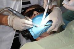 Junge an der Klinik des Zahnarztes Lizenzfreie Stockfotos