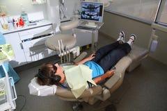 Junge an der Klinik des Zahnarztes Stockbild