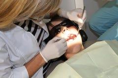Junge an der Klinik des Zahnarztes Stockfotos