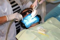 Junge an der Klinik des Zahnarztes Lizenzfreie Stockfotografie