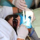 Junge an der Klinik des Zahnarztes Stockfotografie