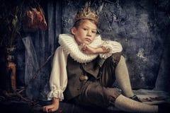 Junge in der Krone lizenzfreies stockfoto