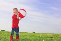 Junge, der Kugel spielt Stockfotografie