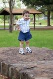 Junge, der Kurzschlüsse am Park hochzieht Lizenzfreies Stockbild