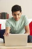 Junge, der Laptop verwendet Stockbilder