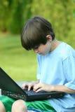 Junge, der Laptop verwendet Lizenzfreie Stockfotos