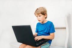 Junge, der Laptop verwendet Lizenzfreies Stockbild