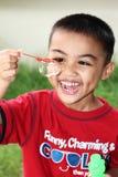 Junge, der Luftblasen spielt Stockbilder