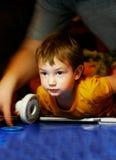 Junge, der Lufthockey spielt Stockfoto