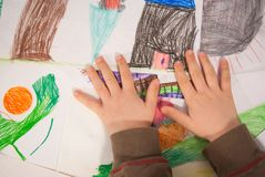 Junge, der Malereien umfasst lizenzfreie stockbilder