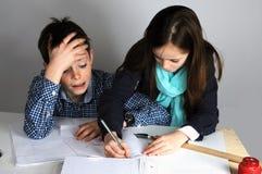 Junge, der Mathehausarbeit tut Stockfotos