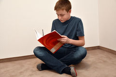 Junge, der Mathehausarbeit tut Stockfoto
