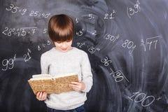 Junge, der Mathematik studiert Lizenzfreie Stockfotografie