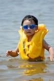 Junge, der in Meer spielt lizenzfreie stockfotografie