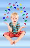 Junge, der mit Autos jongliert Stockbilder