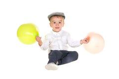 Junge, der mit Ballonen spielt Lizenzfreie Stockfotos