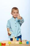 Junge, der mit Blöcken spielt Stockbild