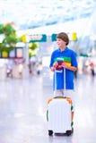 Junge, der mit dem Flugzeug reist Stockbild