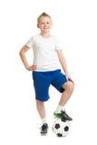 Junge, der mit dem Fußball lokalisiert steht stockbild
