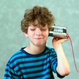Junge, der mit einem gefälschten Telefon spielt Lizenzfreie Stockbilder