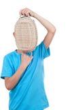 Junge, der mit einem Korb spielt Lizenzfreie Stockfotos