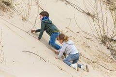 Junge, der mit einem Mädchen spielt Stockfotografie