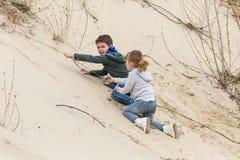 Junge, der mit einem Mädchen spielt Lizenzfreies Stockfoto