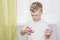 Junge, der mit einem Unruhespinner spielt Lizenzfreies Stockbild