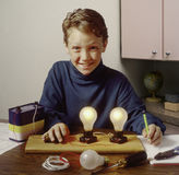 Junge, der mit Elektrizitätsexperiment erlernt Stockfoto