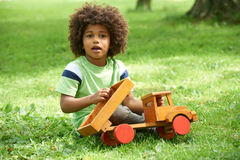 Junge, der mit hölzernem Toy Truck spielt Lizenzfreie Stockfotos