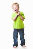 Junge, der mit ihren Augen geschlossen lacht, Stockfoto